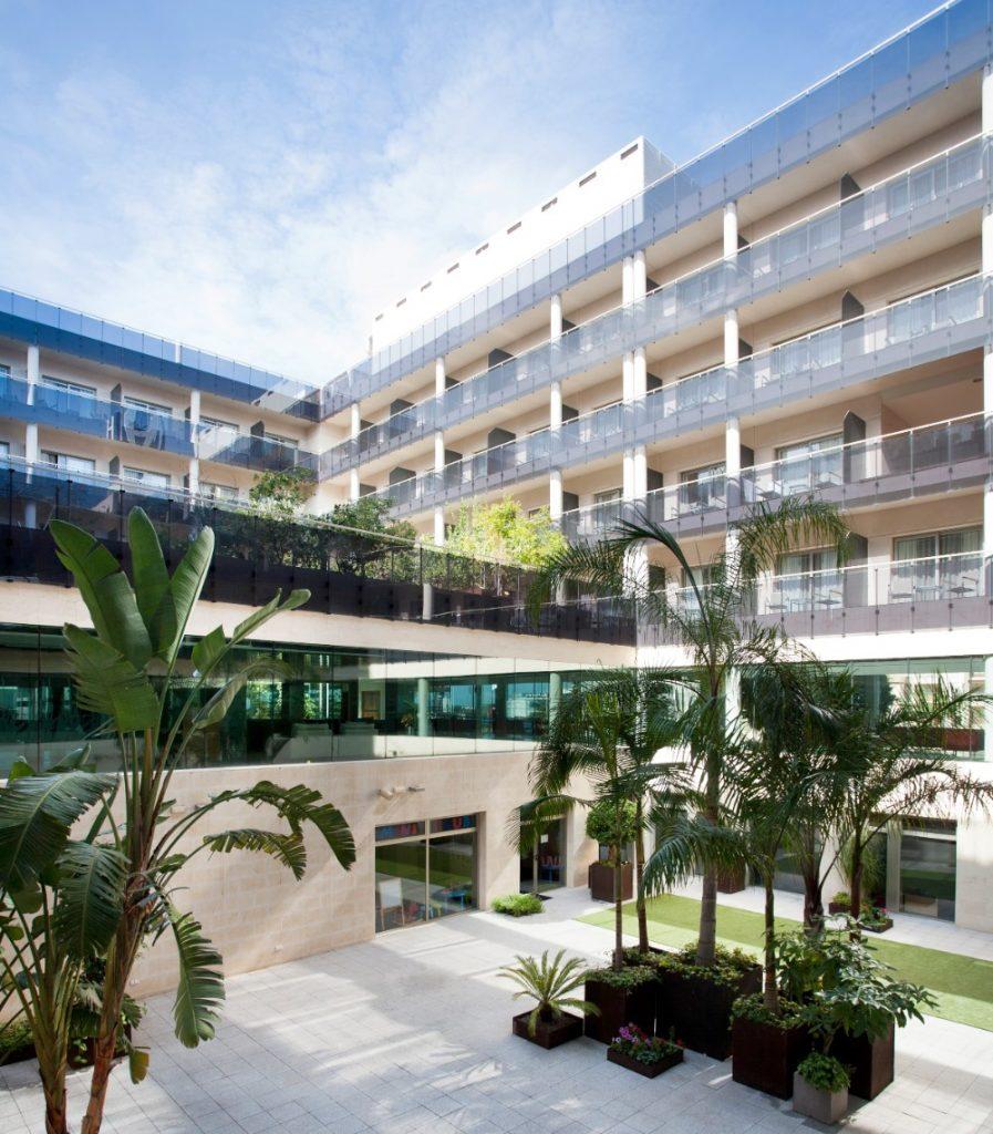 Nádvoří moderního hotelu Thalaisa Costa de Murcia, Mar Menor, Španělsko.