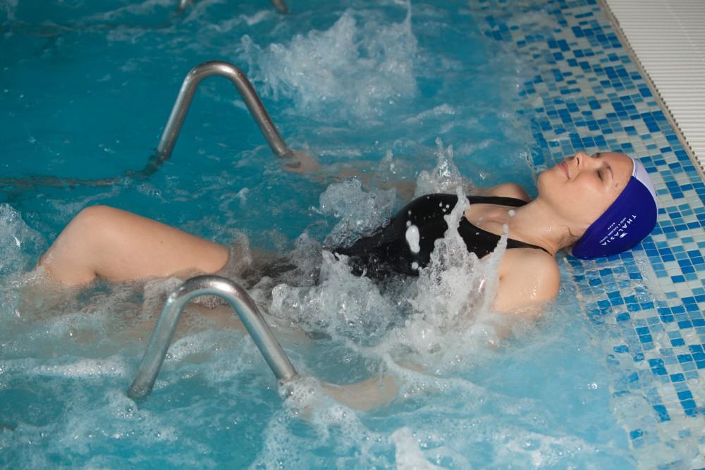 Vodní cviky v bazénu hotelu Thalasia Costa de Murcia, Mar Menor, Murcia.