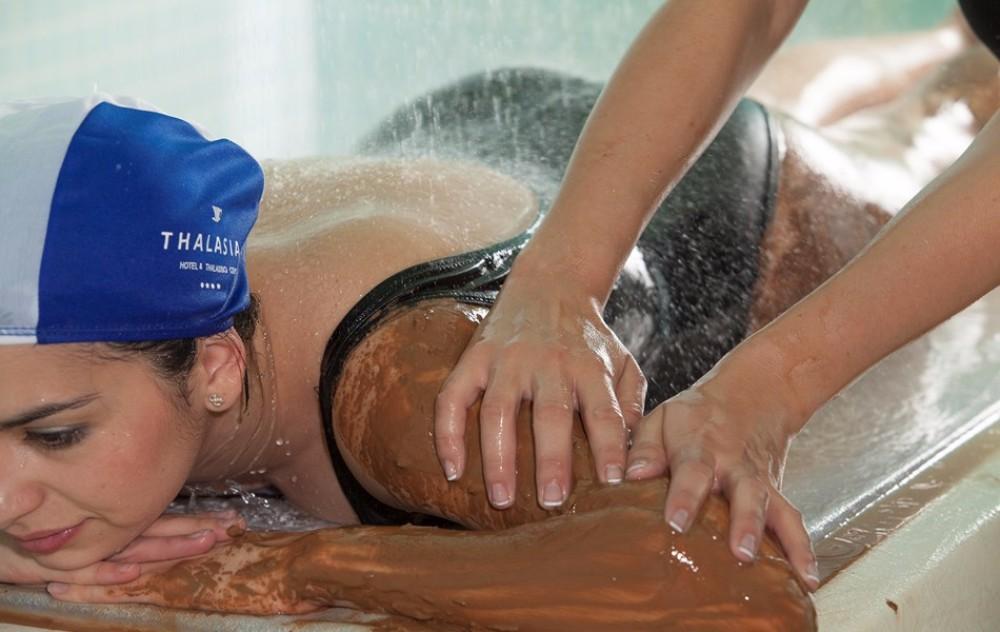 Masáž ramene v hotelu Thalasia Costa de Murcia, Mar Menor, Murcia.