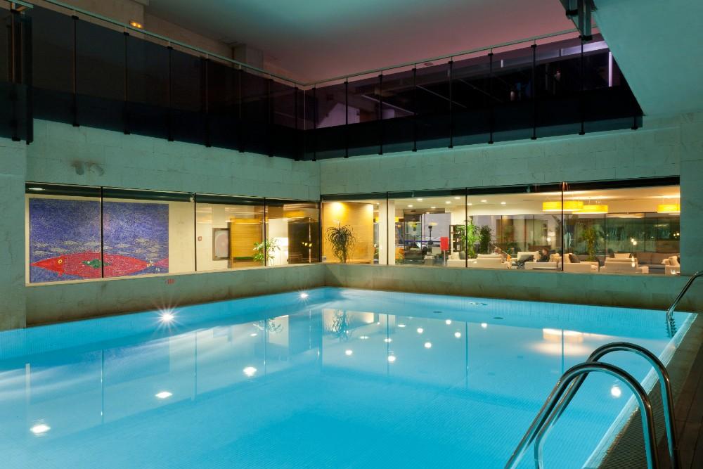 Vnitřní bazén v hotelu Thalasia Costa de Murcia, Mar Menor, Murcia.