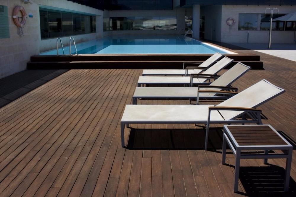 Lehátka u bazénu v hotelu Thalasia Costa de Murcia, Mar Menor, Murcia.