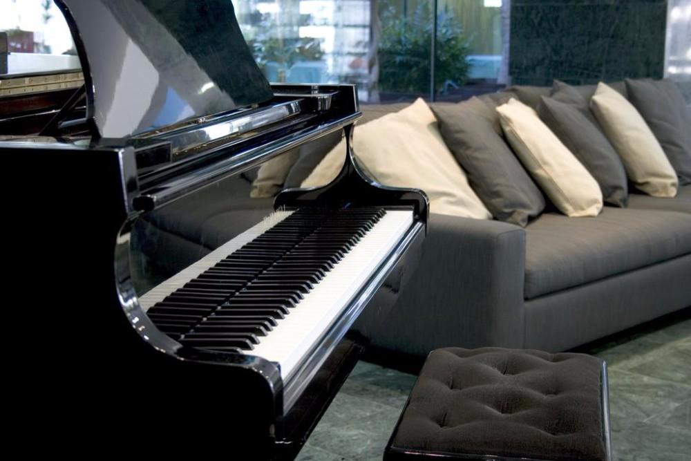 Při oddechnutí si můžete zahrát v hotelové hale i na piano, Mar Menor, Španělkso.