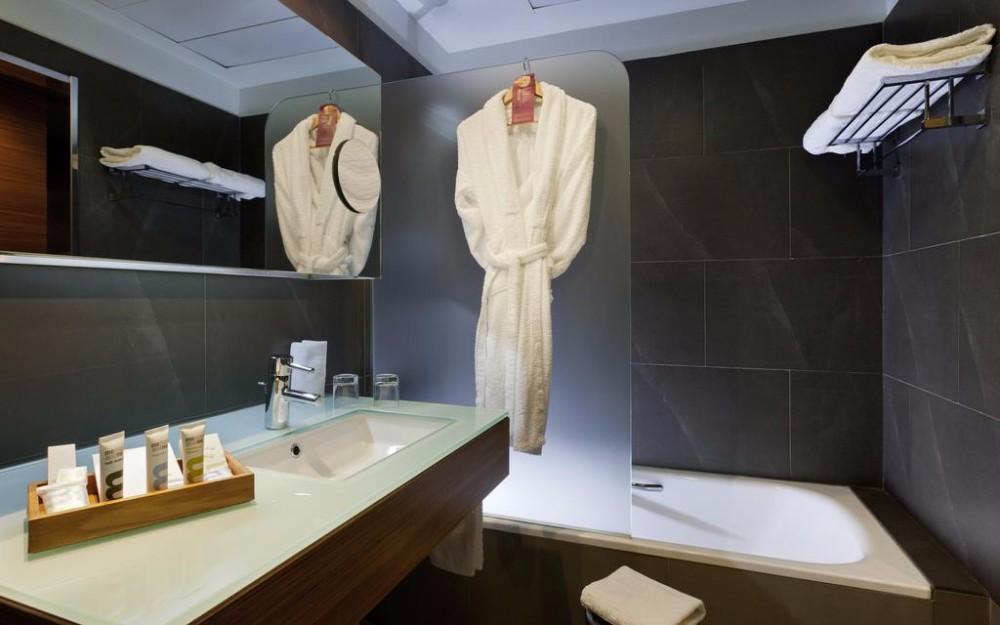 Plně vybavené koupelny hotelu Thalasia Costa de Murcia, Mar Menor, Španělsko.