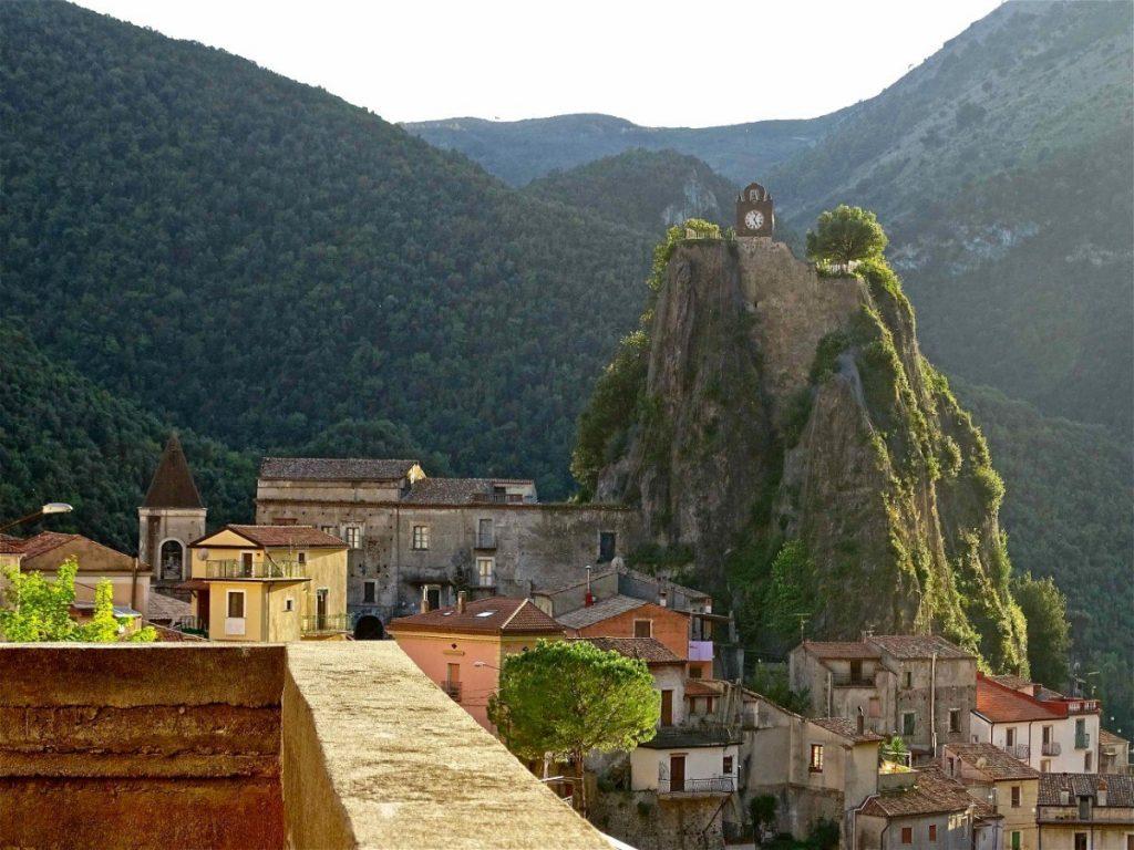 Město Orsomarso s pověstnou hodinovou věží. Foto: Stefano Contin.