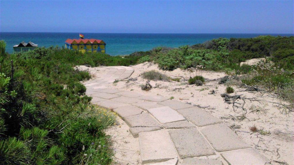 Příchod na pláž hotelu Baia delle Mimose na Sardinii
