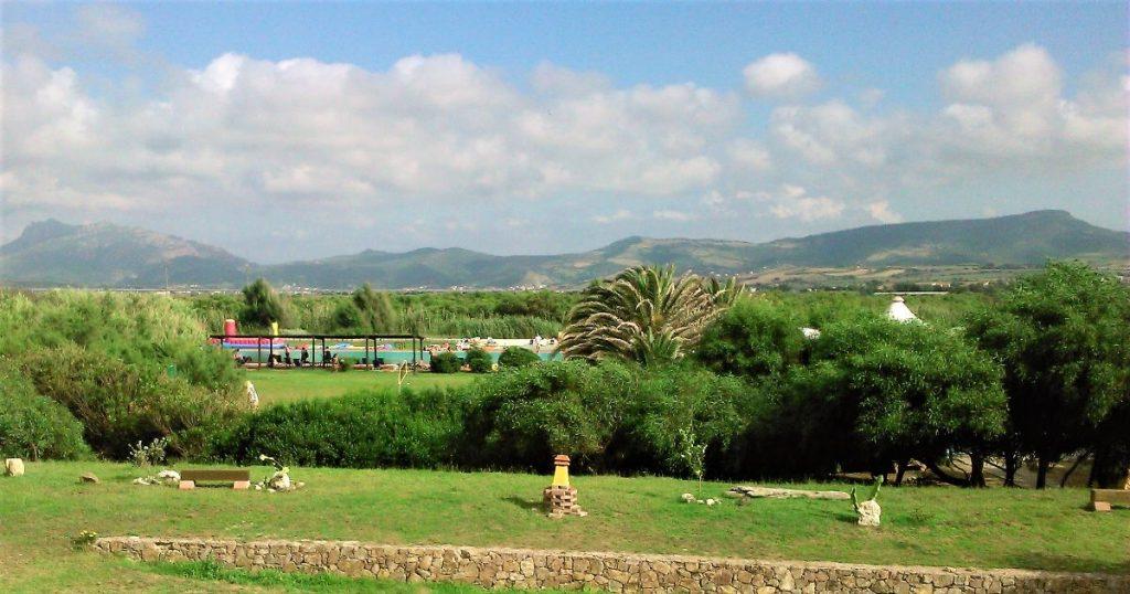 Zelené okolí hotelu Baia delle Mimose na Sardinii