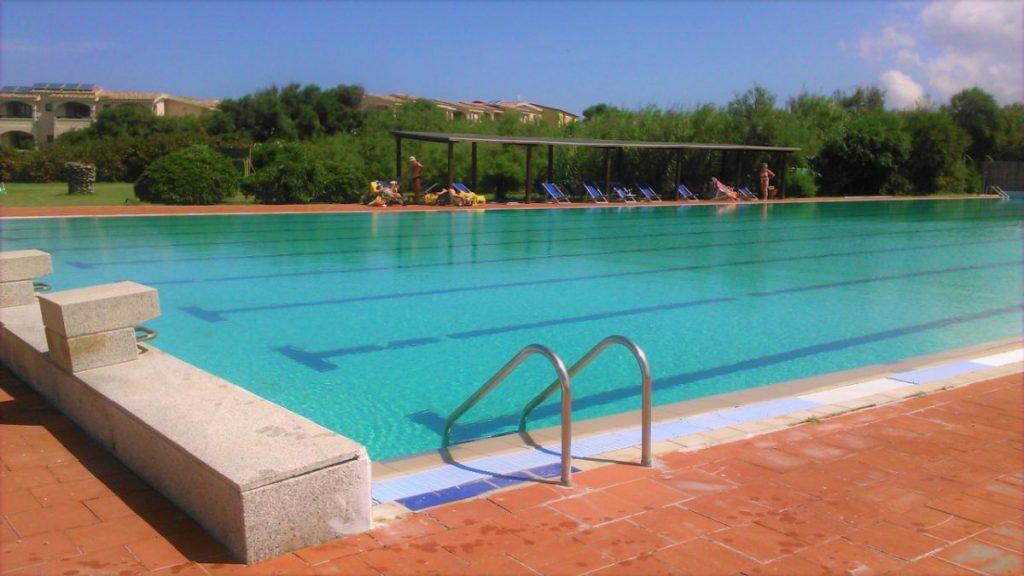 Prostorný bazén hotelu Baia delle Mimose na Sardinii