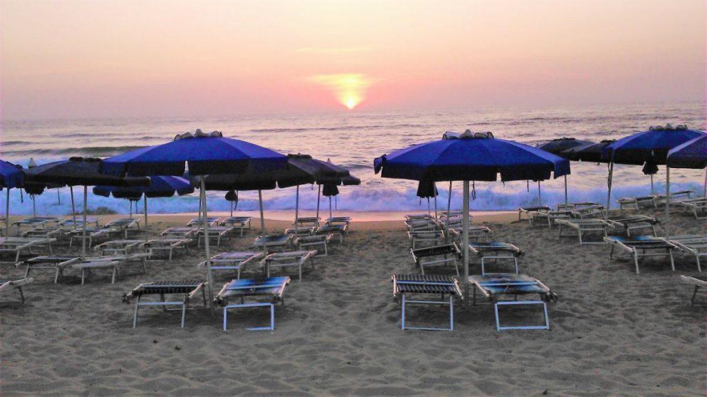 Západy slunce nad pláží u hotelu Baia delle Mimose na Sardinii