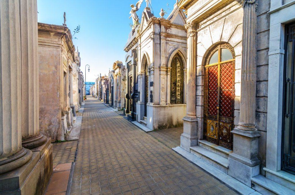 Recoleta, nejdůležitější hřbitov v Buenos Aires, kde je pochovaná Eva Perón, připomíná svou architekturou zmenšeninu města.