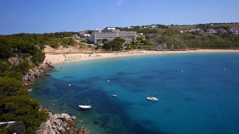 Výhled na krásnou písečnou pláž před hotelem, CLUB HOTEL AQUAMARINA 3*, Menocra, Španělsko.