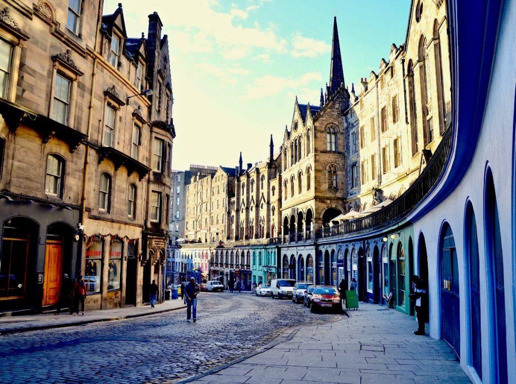 Victoria Street je populární ulicí v centru Edinburghu.