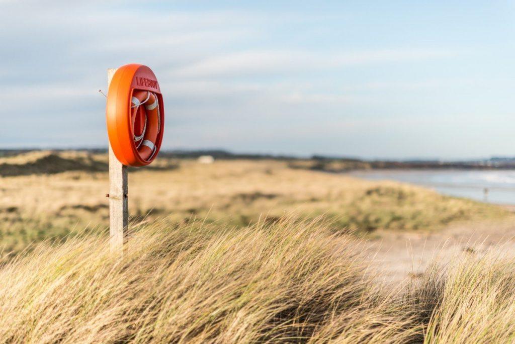 Poklidné anglické pobřeží je jako stvořené k pohodovým toulkám po plážích.