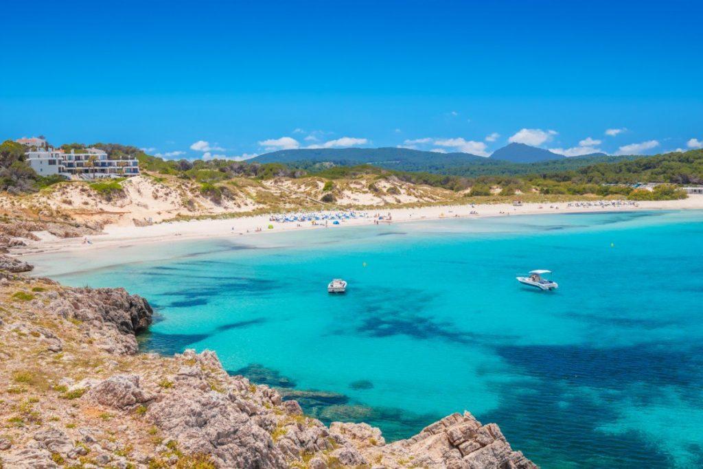Písečná pláž Son Saura na Menrce je jako stvořená k lenošení i odpočinku po pořádném výšlapu.