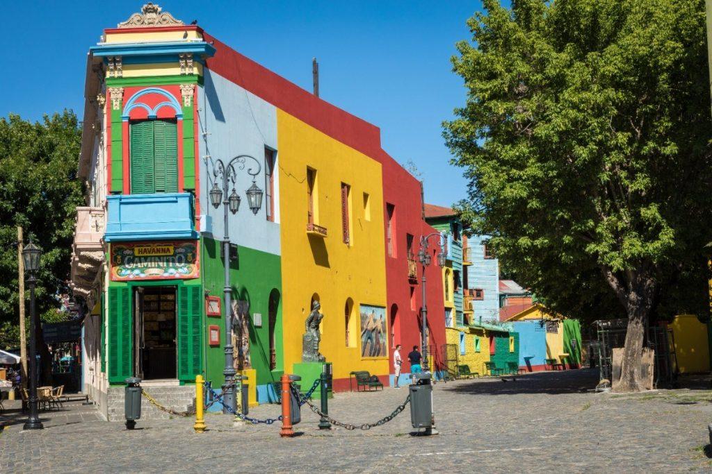 Barevné domky buenosaireské čtvrti La Boca přitahují pozornost mnoha návštěvníků argentinské metropole.