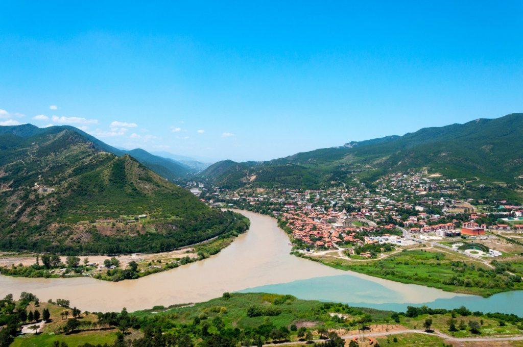 Panoramatický pohled na město Mccheta s řekou Kura a Aragvi