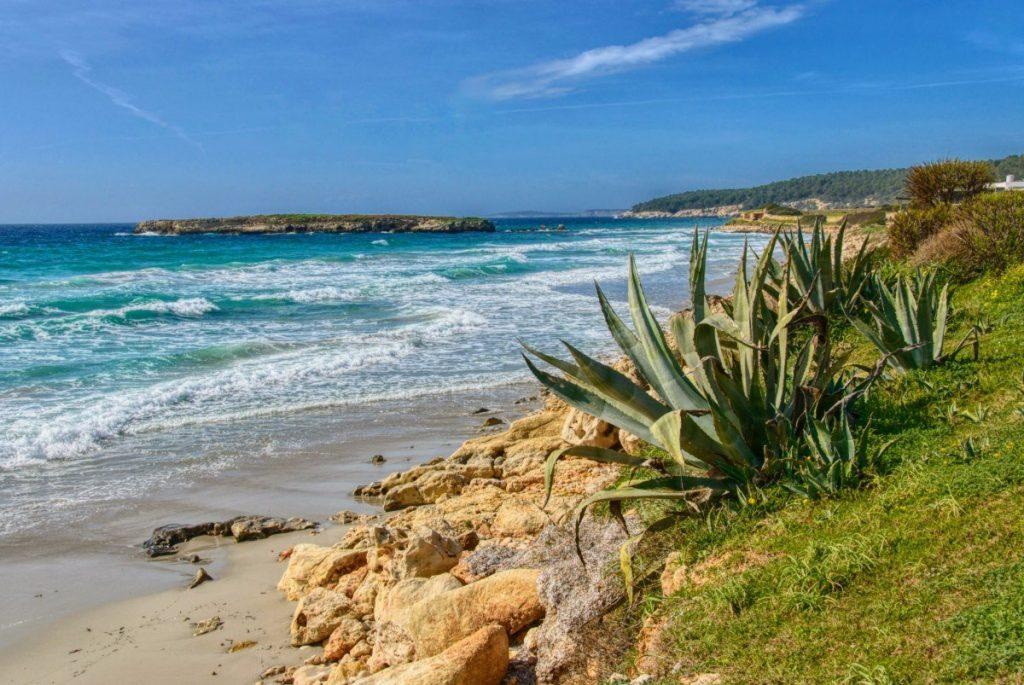 Překrásná pláž Son Bou na Menorce je jen jednou z mnoha, které zde najdete.