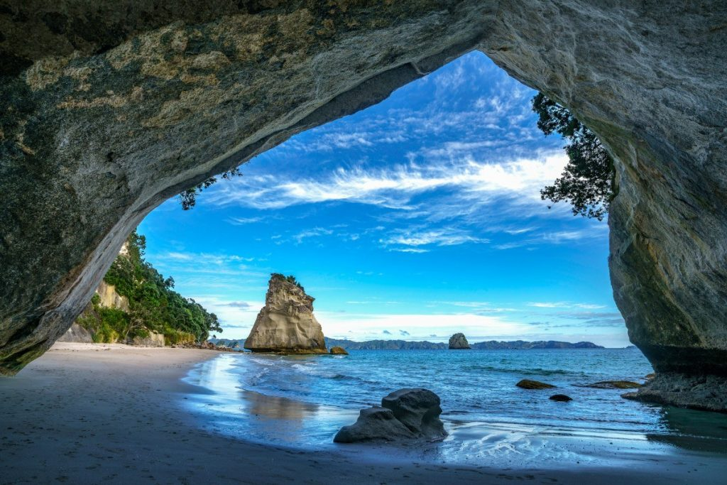 Jeskyně Cathedral Cove, stojící uprostřed pláže, je symbolem poloostrova Coromandel.
