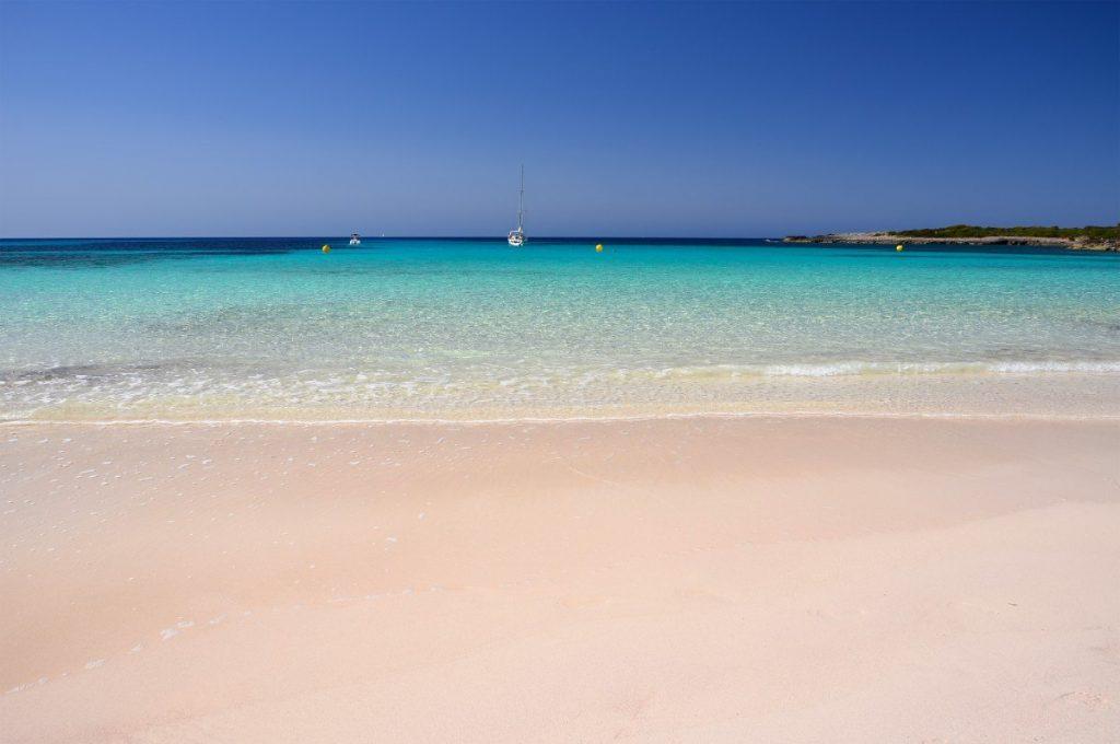 """Idylická písečná pláž Son Saura na Menorce, které se přezdívá """"Karibik Středomoří""""."""