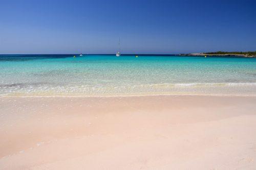 Idylická písečná pláž Son Saura na Menorce, které se přezdívá