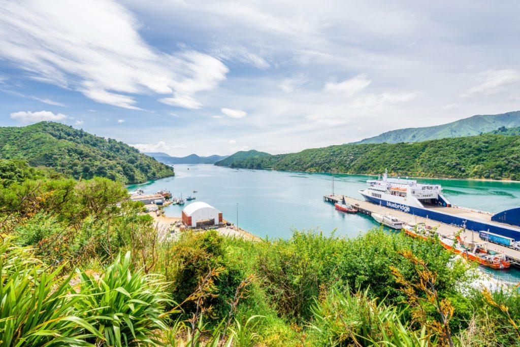 Trajekt z Wellingtonu projíždí romantickou krajinou.
