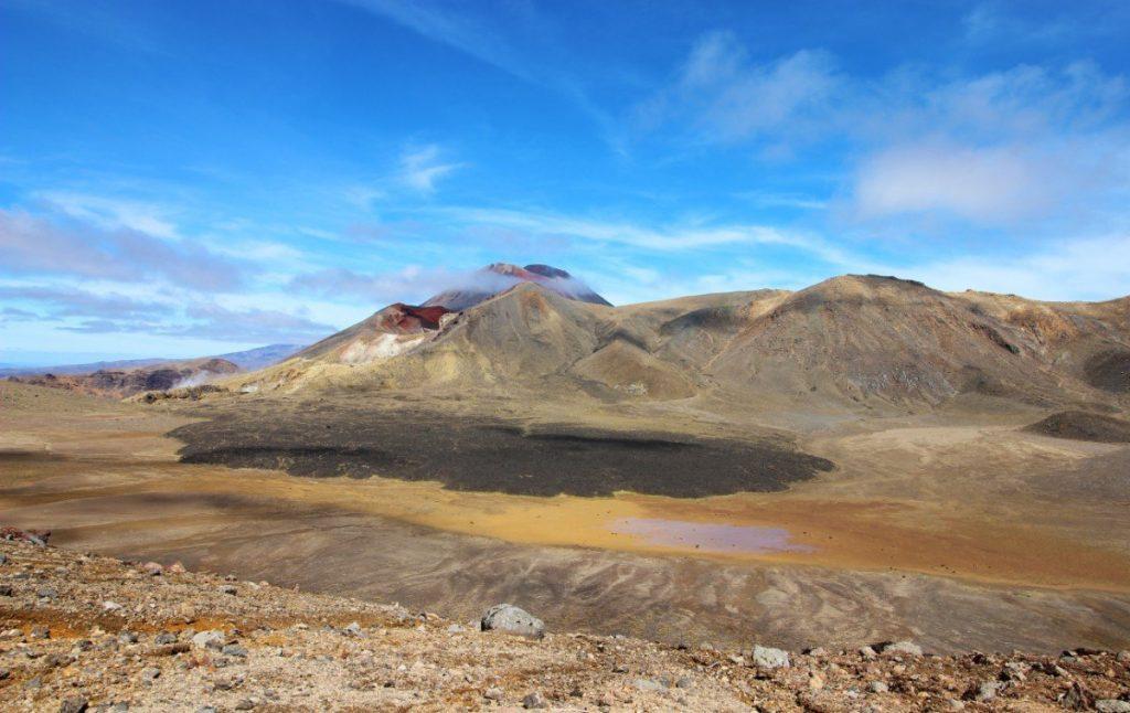 Výhled, který se naskytne každému, kdo se vydá na nádhernou jednodenní túru s názvem Tongariro Crossing.