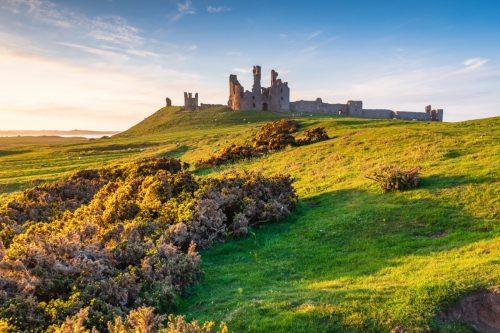 Hrad Dunstanburgh nechal roku 1313 postavit Thomas Lancaster.