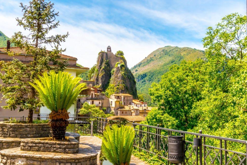 Městečko Orsomarso se ukrývá uprostřed hor.
