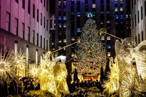 Andělský špalír před stromkem u Rockefeller Centre v New Yorku.