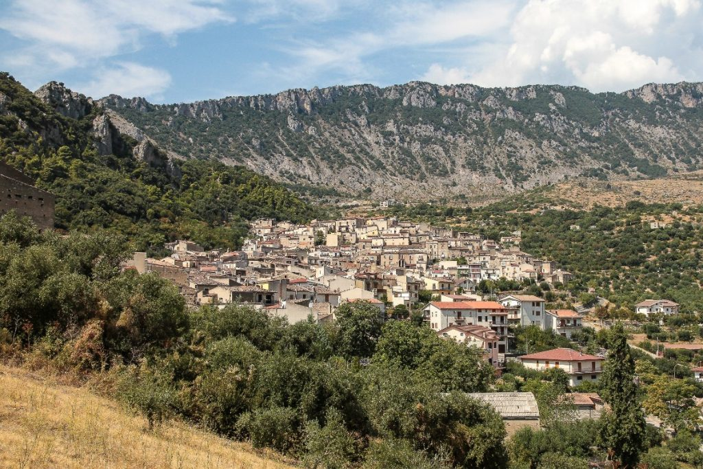 Panorama městečka Civita obklopeného horami.