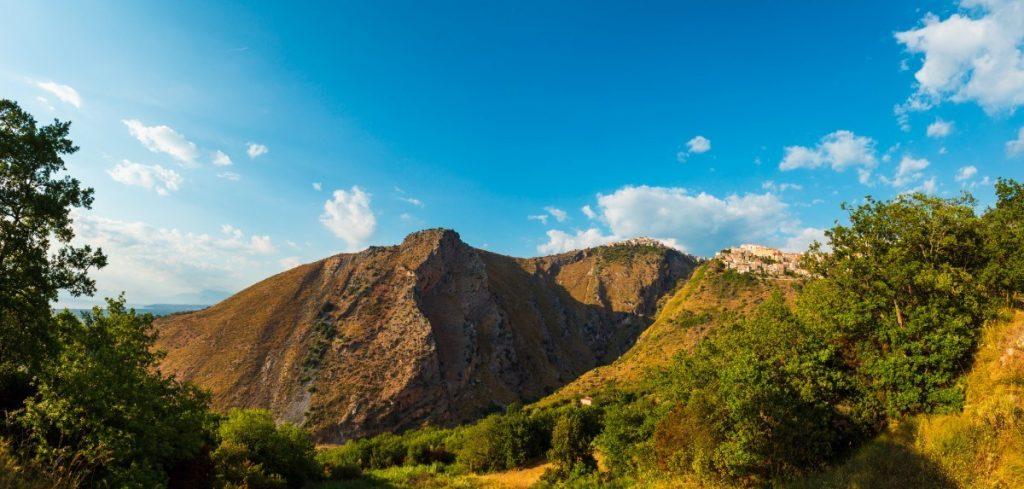 Hory jsou pro tuto oblast typické.