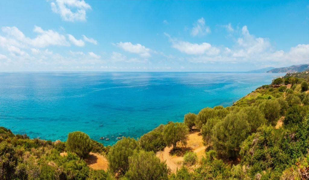 Břehy Kalábrie omývá úžasně čisté Tyrhénské moře.