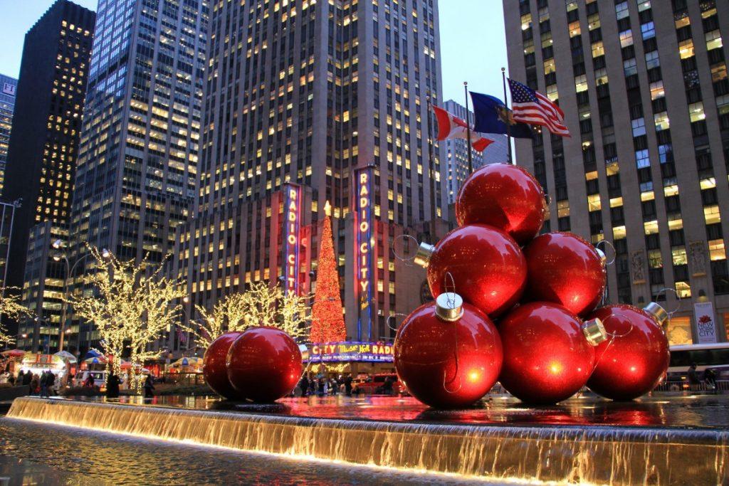 Vánoční výzdoba před newyorským Radio City Music Hall v Rockefellerově Centru.