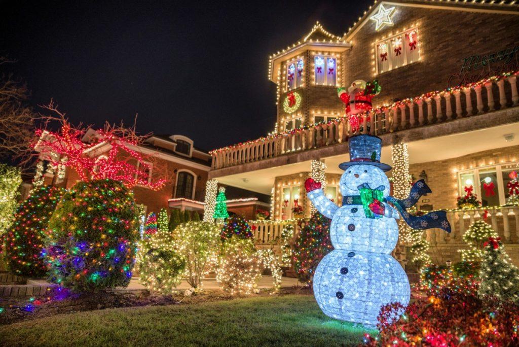 Vánoční výzdoba v Brooklynu i s typickou postavou sněhuláka Frostyho.