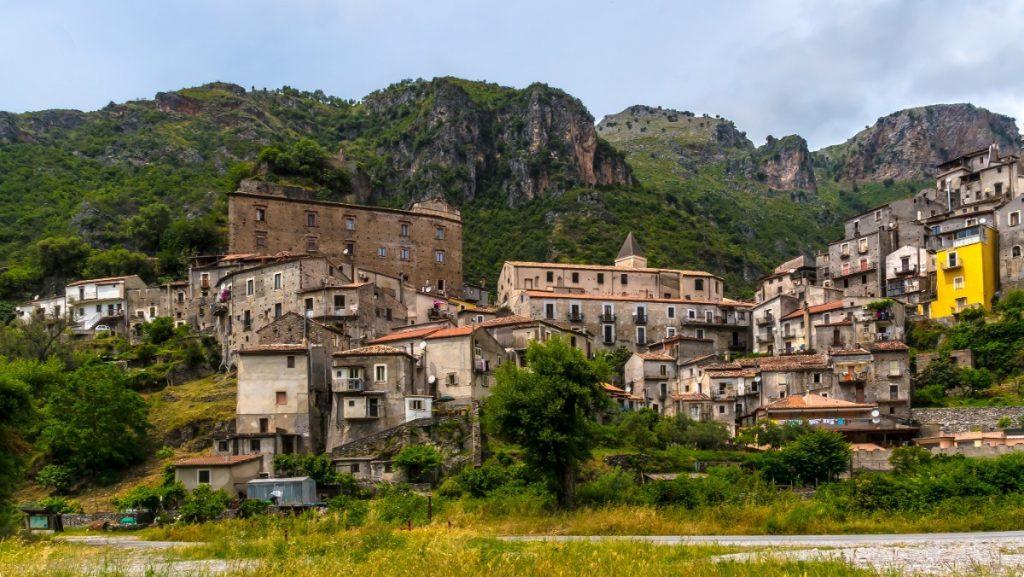 Starobylé městečko Orsomarso v Kalábrii.