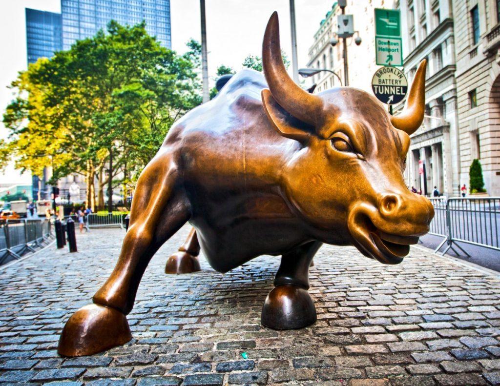 Socha zuřivého býka na Wall Street symbolizuje optimismus i agresivitu zdejších finančníků.