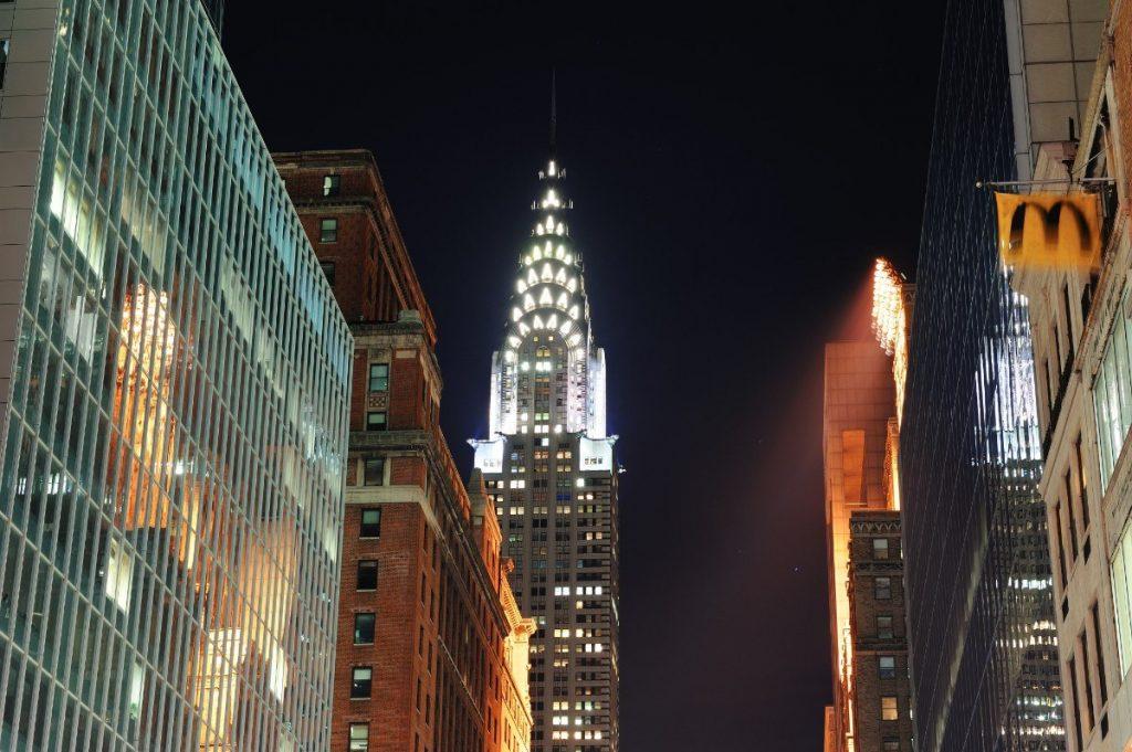 Osvětlená budova Chrysler Building přidává New Yorku ještě více vánoční atmosféry.