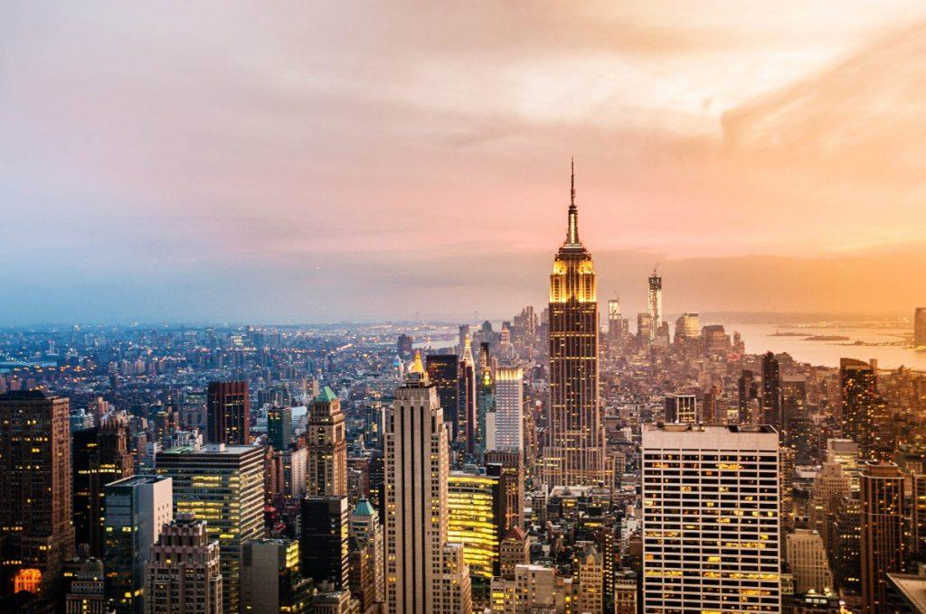 Panorama New Yorku s dominantní budovou Empire State Building.