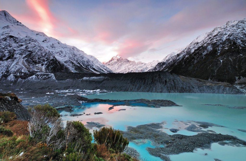 Horští velikáni pokrytí sněhem v národním parku Mount Cook.