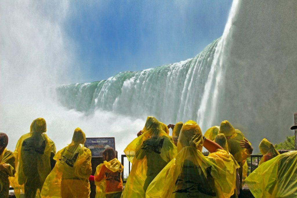 Návštěvníci se při cestě pod Niagarské vodopády musejí vybavit pláštěnkou.