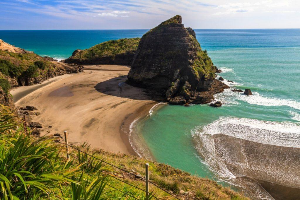 Pláž Piha Beach se nachází nedaleko města Auckland.