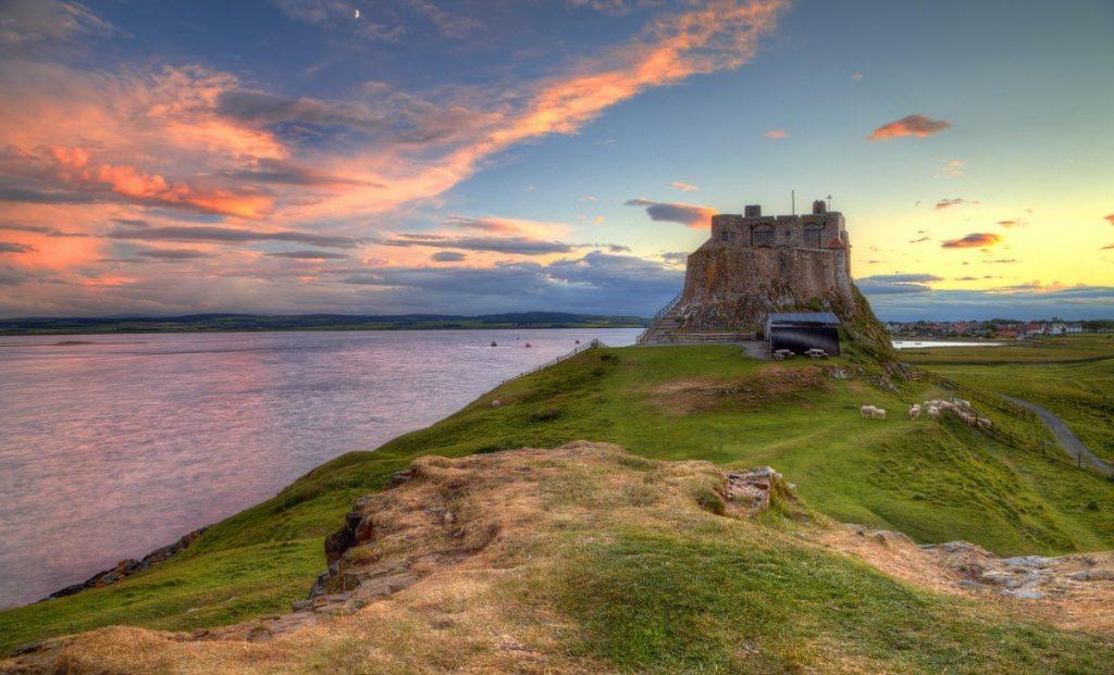 Středověký hrad Lindisfarne.
