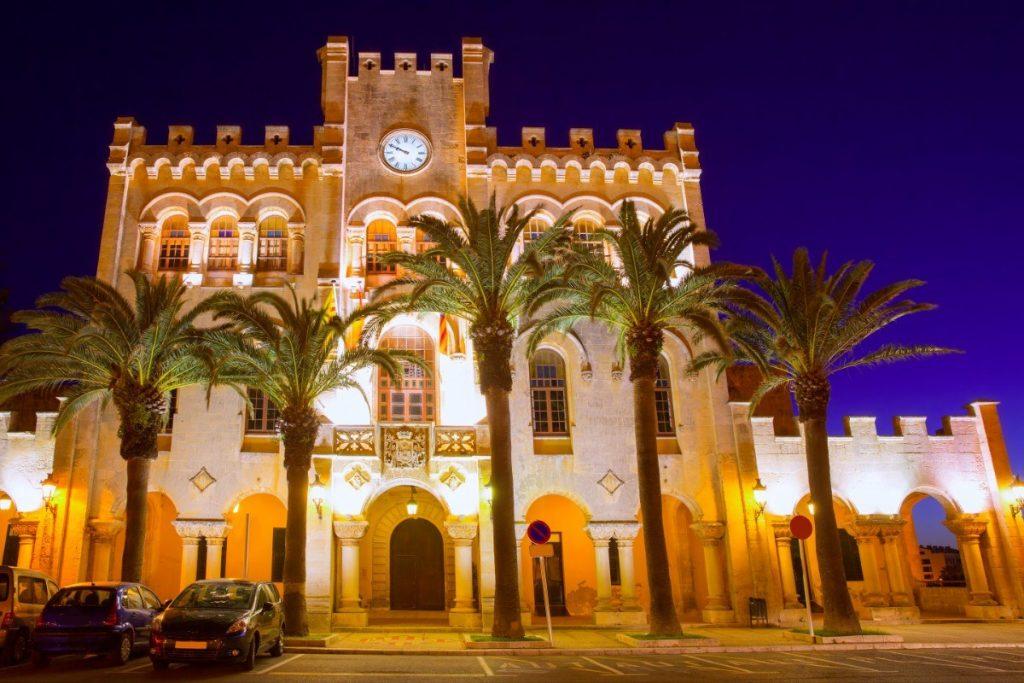 Radnice v Ciutadelle na Menorce po setmění.