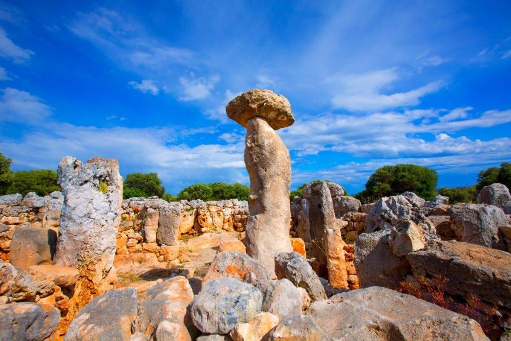 Megalitické památky na Menorce - tauly jsou přirovnávány k slavnému Stonehenge.