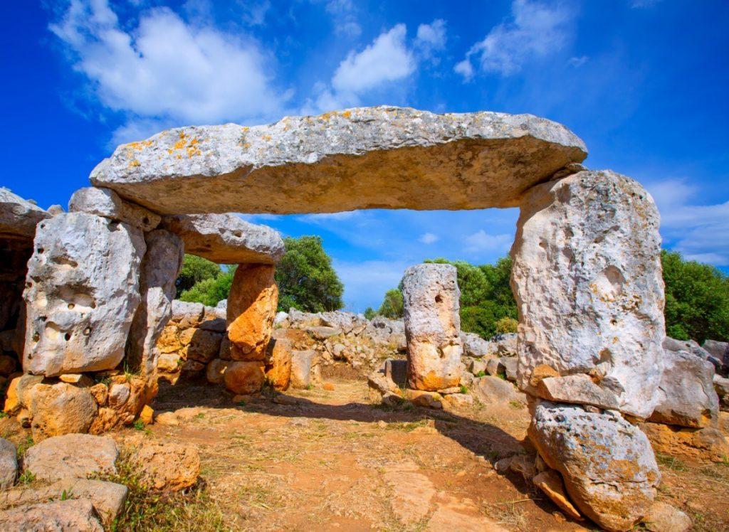 Megalitické památky na Menorce - tauly jsou přirovnávány k slavnému Stonehenge, které vytvořili lidé talayotské kultury.