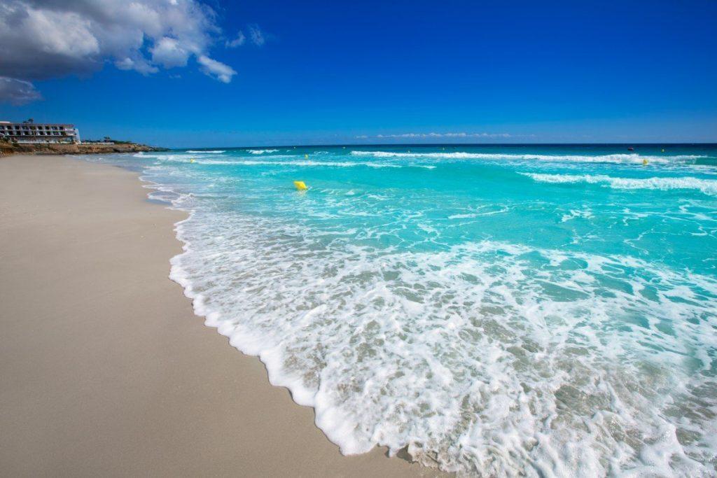 Pláž Santo Tomás patří mezi nejvyhledávanější na Menorce.