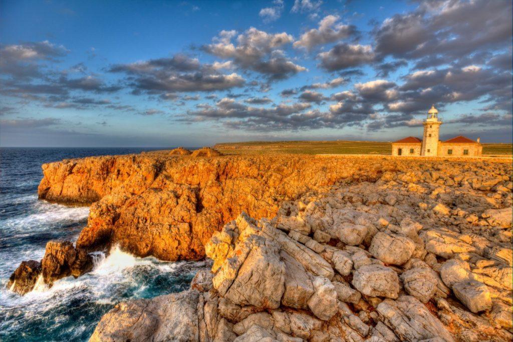 Ikonických majáků je na Menorce několik, zrovna jako tento maják Punta Nati.