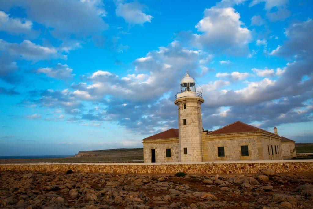 Maják Punta Nati v celé své kráse poznáte hned během první etapy Toulek Menorcou.