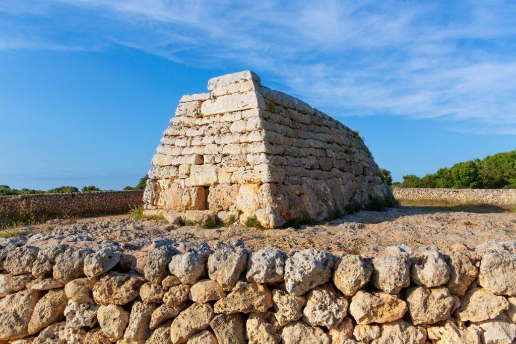 Naveta des Tudons je nejznámější megalitickou stavbou Menorcy.
