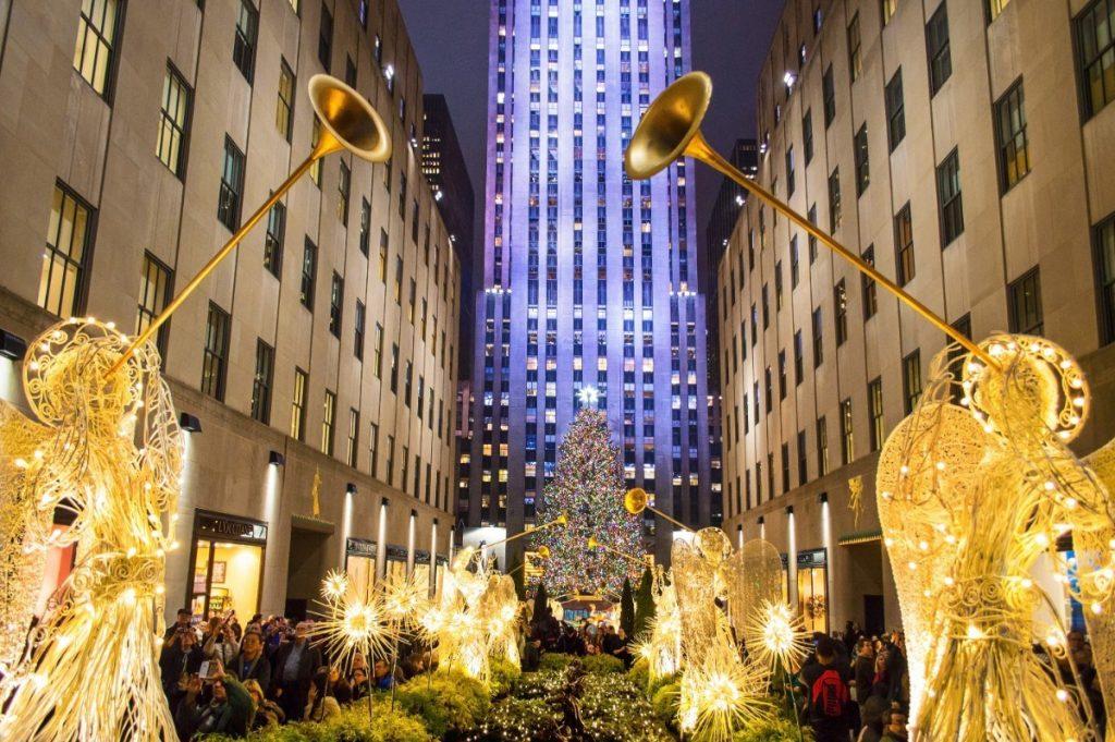 Jedna z nejslavnějších newyorských vánočních dekorací - andělé u Rockefellerova centra.