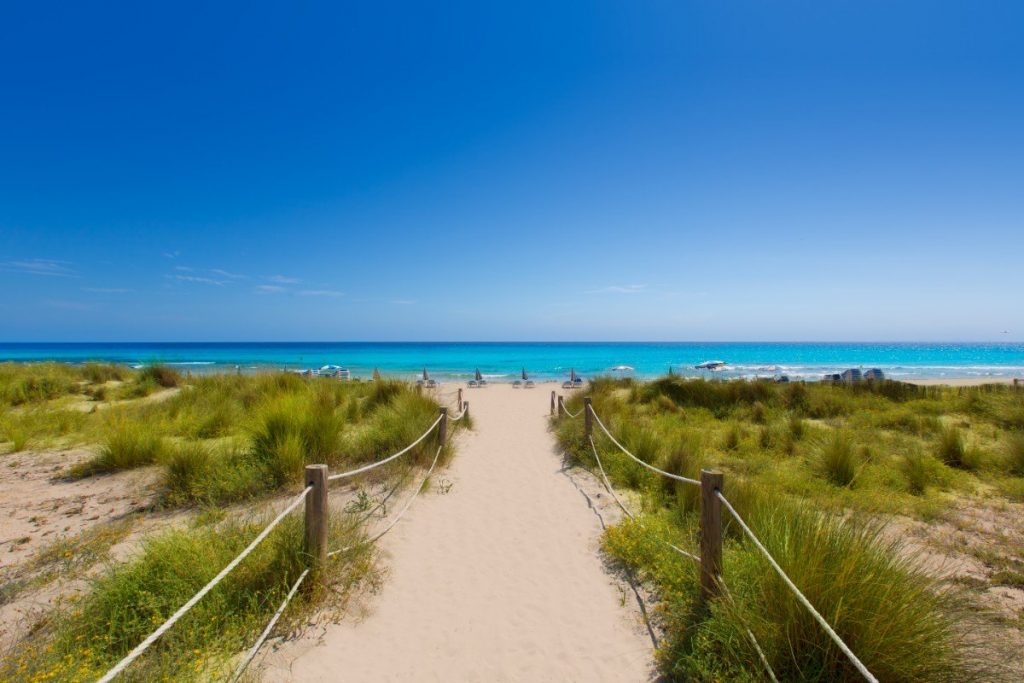 Na nejdelší pláži Menorcy Son Bou si užijete velké finále 5. etapy Toulek Menorcou.